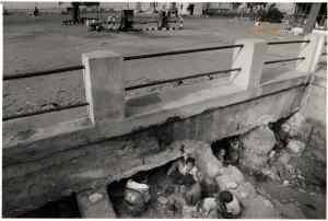 Eritreans seek safety from bombing Massawa 30 Dec 90